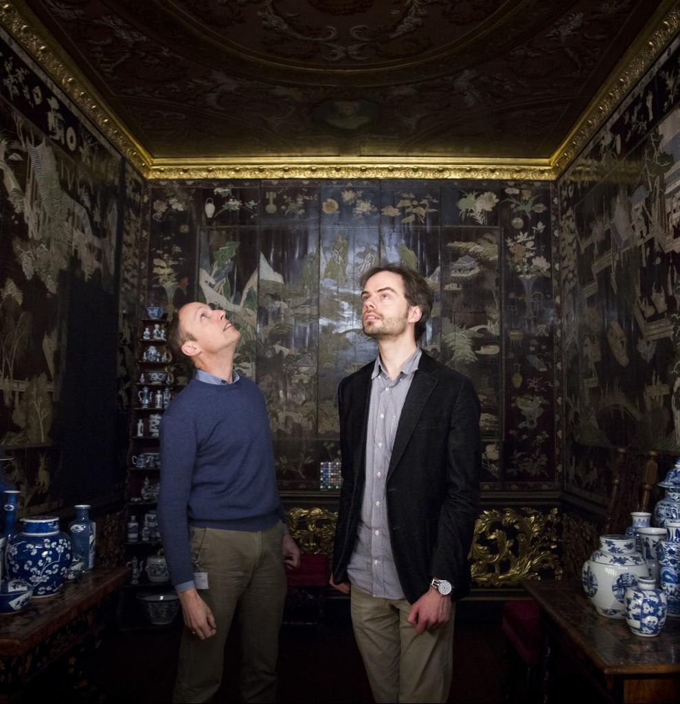 Opnamedatum:  2015-01-26 Jan van Campen en Tristan Mostert bewonderen de Lakkamer in de Philipsvleugel van het Rijksmuseum foto: afdeling Beeld/René den Engelsman